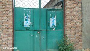 교회의 문은 굳게 닫혀있다