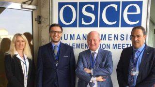 유럽 양심의 자유 협의회 크리스틴 미레(Christine Mirre) 티에리 벨(Thierry Valle), 인권변호사 알렉스 아미카레이(Alex Amicarelli)와 함께 바르샤바에서 개최된 OSCE 회의에 참석 중인 마시모 인트로빈 박사