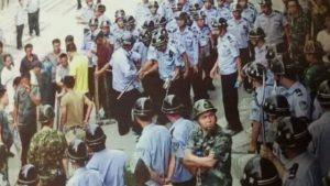 경찰 폭력적으로 법진행