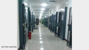 재교육 수용소 내 기숙사 건물 내부 모습. 마치 감옥인 것처럼 모든 방에 이중 철문이 설치되어 있다