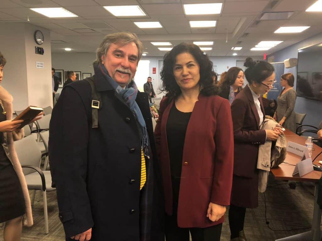 2018년 11월 27일 조지워싱턴 대학 엘리엇 국제 관계 학교에서 열린 중국의 대규모 위구르 감금에 관한 심포지움에 참석한 루샨 아바스 및 마르코 레스핀티