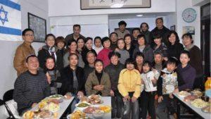 카이펑 유대인 공동체 구성원들이 저녁 식사를 위해 만남