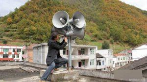 한 근로자가 산시(陝西)성 전핑(鎮平)현에 확성기를 설치하고 있다.