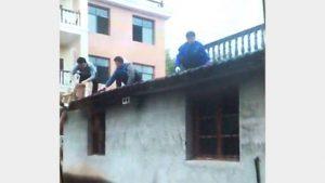 철거되고 있는 쉬 메이란의 집 부엌이 철거되고 있다.