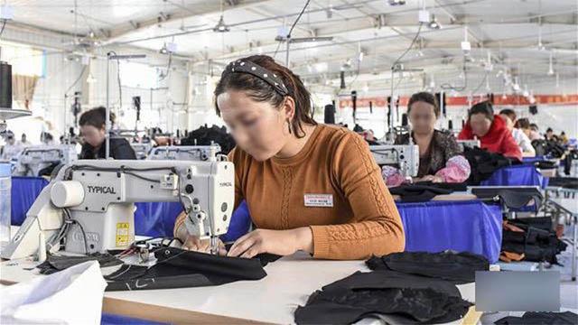 정부가 운영하는 공장에서 일하는 위구르 여성