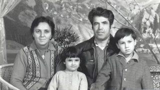 차니셰프(왼쪽)와 그녀의 남편 라티프(Latif), 그리고 그들의 두 자녀인 카피야(Kafiya)와 아자트(Azat)의 사진으로, 보다 행복했던 시절에 찍은 것이다