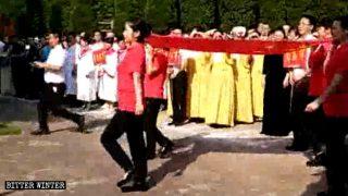 공산당의 '黨歌'를 부르도록 요구받는 크리스천들