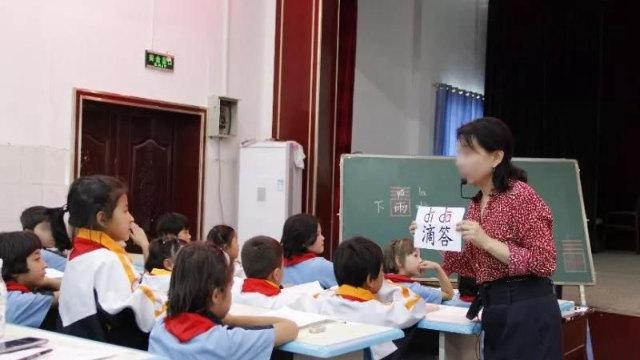 신장의 한 초등학교에서 중국어를 가르치고 있는 한 교사