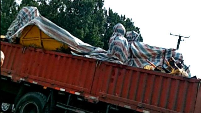 트럭에 실려 가는 나마사의 철거된 불상들