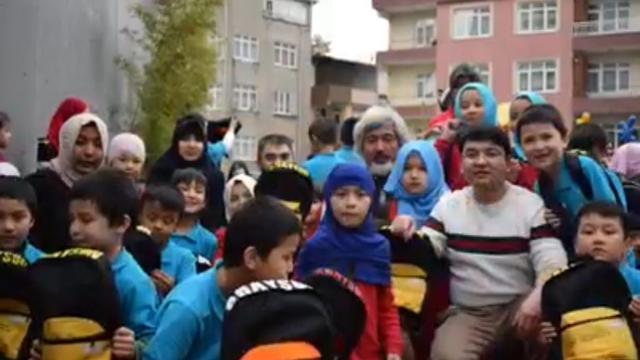 학생들 및 동료 교사들과 함께한 로크만 히라이(앞줄 오른편)