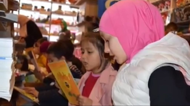 히라이의 학교 학생들이 이스탄불에 있는 그의 서점을 방문하고 있다