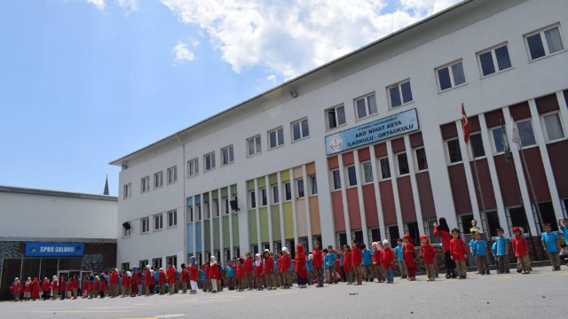 금년 입학생 수가 많아 현지 터키 학교의 일부 공간을 빌려야 했다
