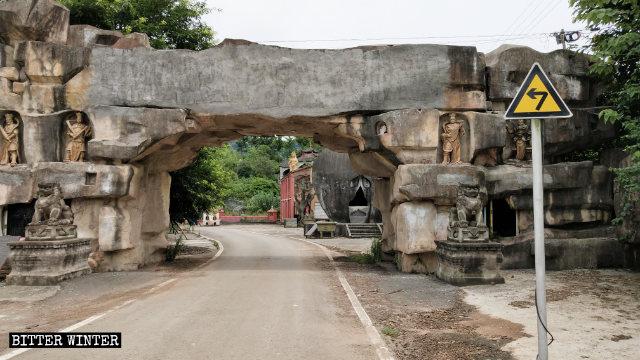 사찰 입구 위의 '뎬장대불사(墊江大佛寺)'라는 중국어 위에 시멘트가 발라졌다
