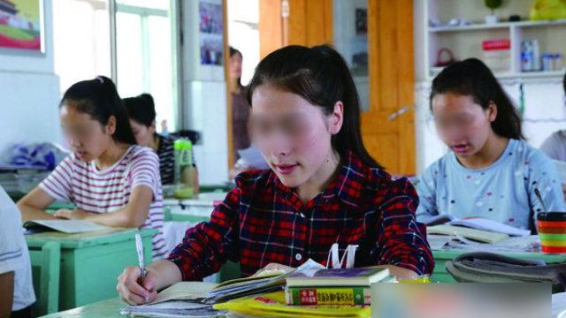 장쑤(江蘇)성 롄윈강(連雲港)고등학교에서 공부하고 있는 신장 학생들