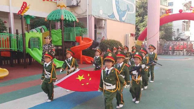 장시(江西)성의 어느 유치원에서 열린 깃발 게양식