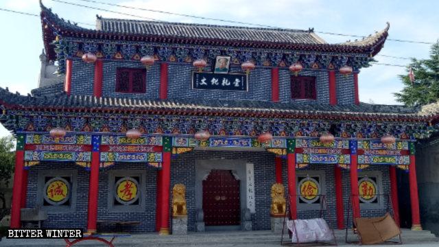 '문화 회관' 간판과 마오쩌둥 초상화가 김씨 가문의 가묘 입구에 걸린 모습