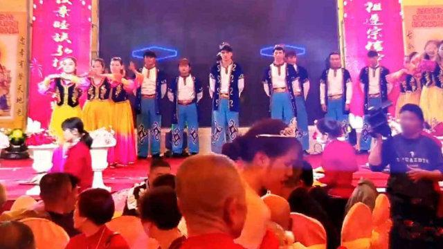 진장(晉江)시 관할 어느 촌(村)에 있는 조상신 사당에서 공연 중인 위구르인들