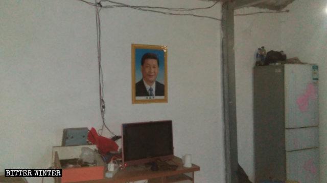 어느 신자의 집에서 가장 눈에 잘 띄는 곳에 걸린 시진핑 초상화