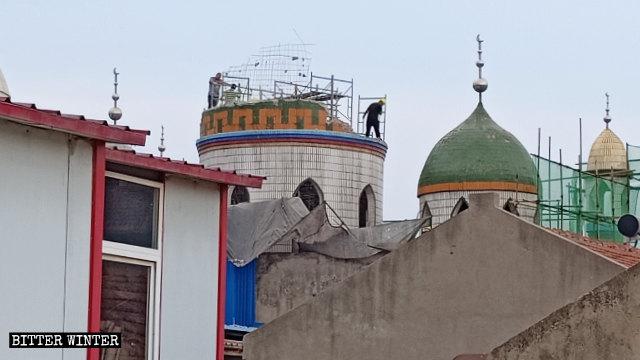 7월, 허난성 정저우시 관할 현(縣)급시인 신정(新鄭) 소재 어느 모스크의 돔이 철거되는 모습