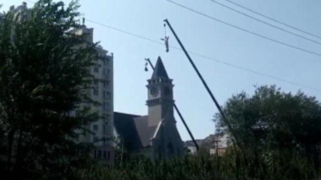 크레인이 린자좡(林家莊)촌의 가톨릭 교회 종탑에 설치된 예수축복상을 끌어내리고 있다