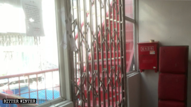 정부 관리들에 의해 웨이둥(卫东)구의 한 예배소 입구가 봉해진 모습