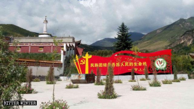 칭하이(青海)성 유닝사(佑宁寺) 외부에 설치된 시진핑의 어록이 담긴 대형 선전 게시판
