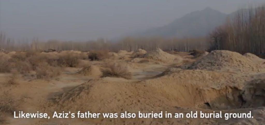 중국 정부는 아지즈의 아버지가 모래무지들 속에 묻혀 있었다고 주장한다.…