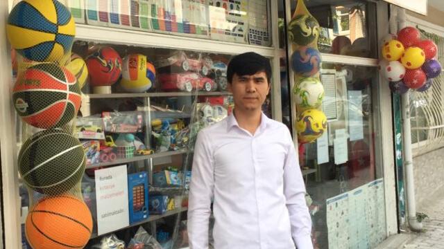 자신의 이스탄불 영업점 앞에 선 오메르잔 함둘라