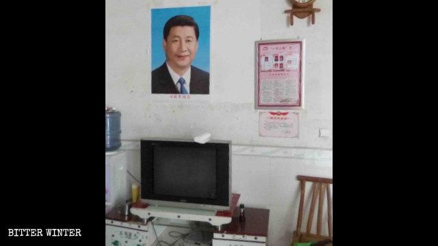 차오창(操場)향의 어느 신자는 집에 강제로 시진핑 초상화를 걸어야 했다.