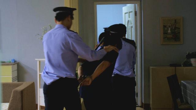 신자들을 체포하고 있는 경찰