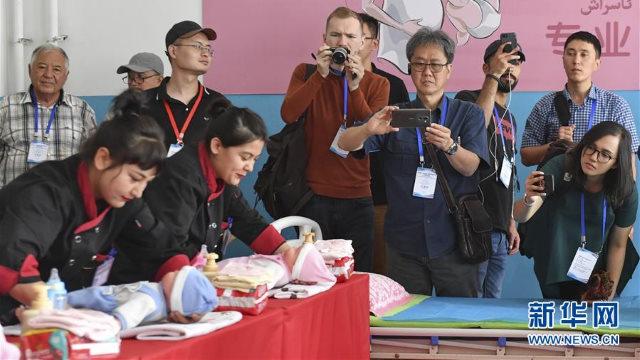 중국 및 외국 언론사 기자들이 신장 모위(墨玉)현의 재교육수용소 재소자들을 인터뷰하고 있는 모습