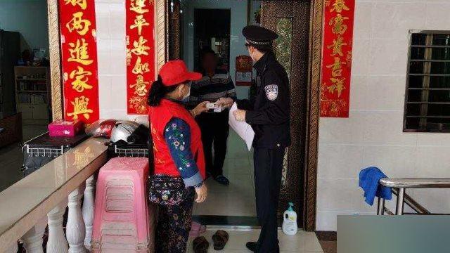 하이난(海南)성 싼야(三亞)시에서 한 주민센터 직원이 한 경찰과 함께 집집을 돌아다니며 신분 정보를 확인하고 있다.