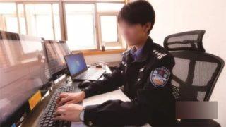 온라인 구매 내역을 조사하고 있는 사이버 경찰