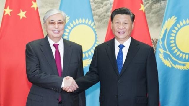 카자흐스탄 대통령 카심조마르트 토카예프(Kassym-Jomart Tokaev)와 함께한 시진핑