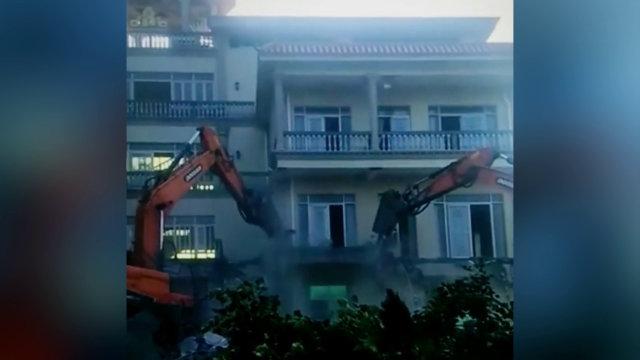 티베트 불교 법당이 들어선 건물을 철거하는 굴착기들