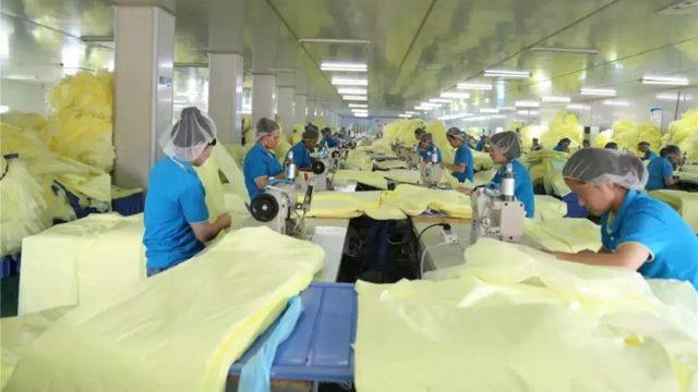 후베이(湖北)성의 어느 공장 작업대에서 일하는 위구르인들