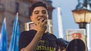 드류 파블루, 중국 공산당을 비판한 이유로 재학 중이던 호주 대학에서 제명돼