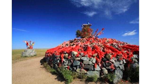 어워는 몽골어로 '돌무더기'를 뜻하며, 내몽골 지역 내 전통 종교의 끈질긴 생명력을 잘 보여준다.