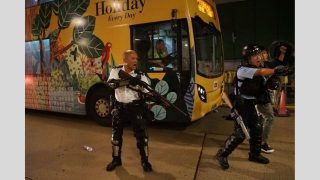 수시로 총을 쏠 준비하는 홍콩 경찰들의 모습
