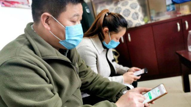 코로나19 기간에 '학습강국' 앱을 사용하고 있는 동부 저장(浙江)성 젠더(建德)시의 주택단지 관리들