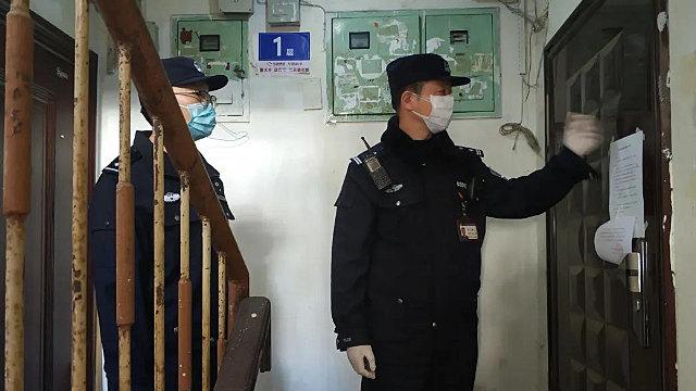 신분 정보를 등록하려 주민들의 집을 방문하고 있는 경찰