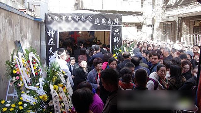 장례 예배를 드리는 크리스천들