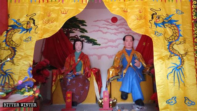 수많은 사람들이 경배를 드리는, 칭저우시의 어느 민간 신앙 사당에 있는 마오쩌둥과 그의 두 번째 부인 양카이후이의 상